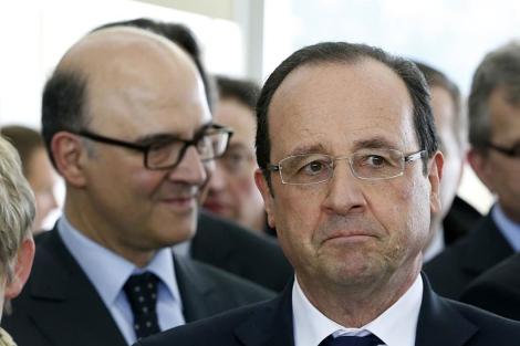 El presidente Hollande (dcha,) y el ministro Moscovici, en la ciudad gala de Avoudrey. | Afp