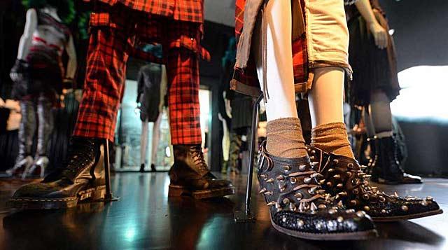 Uno de los detalles de la exhibición. Zapatos con tachuelas.| Afp MÁS FOTOS