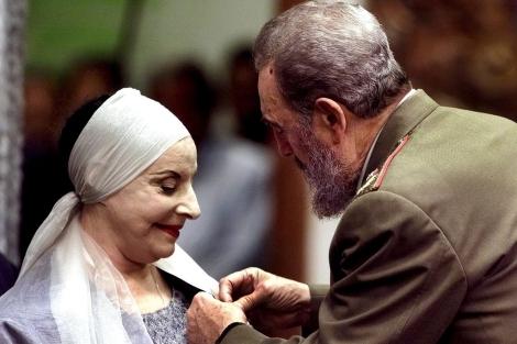 Fidel Castro coloca una medalla a Alicia Alonso en 2009. | AP