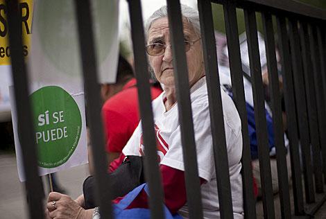 Una activista en contra de los desahucios en el exterior del Senado. | Gonzalo Arroyo