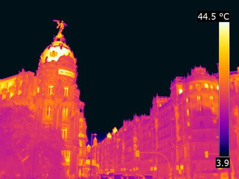 El edificio Metrópolis pierde más energía por la cúpula. | E. M.
