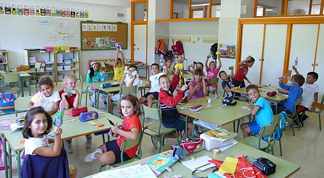 Alumnos del colegio La Cala de Benidorm en un aula del centro.