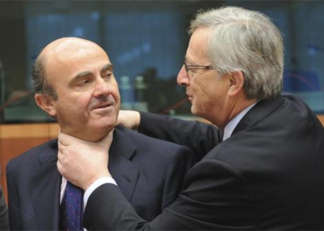 El ministro de Economía, Luis de Guindos (dcha.), con el ex presidente del Eurogrupo, Jean Claude Juncker en septiembre de 2012.   Efe