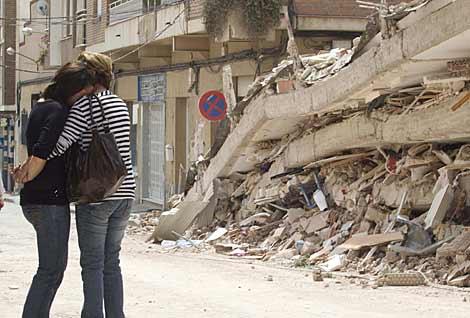 Dos afectadas por el terremoto de Lorca, ante las ruinas de su casa. | Alberto Cuéllar