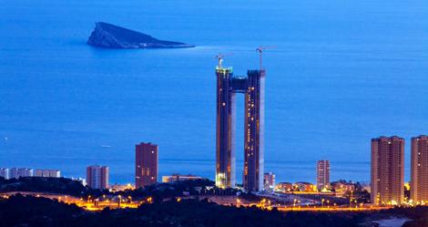 El InTempo, de noche, con la isla de Benidorm al fondo. | E.M.