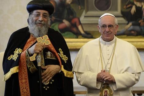 Teodoro II, junto al Papa Francisco, en el Vaticano.| Afp