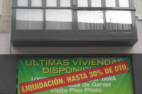 Cartel que cuelga de un bloque de pisos nuevos que comercializa BBVA en Madrid. | J. S. C.