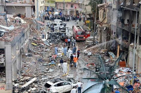 Bomberos y policía inspeccionan el lugar de la explosión en Hatay.   Efe/EPA