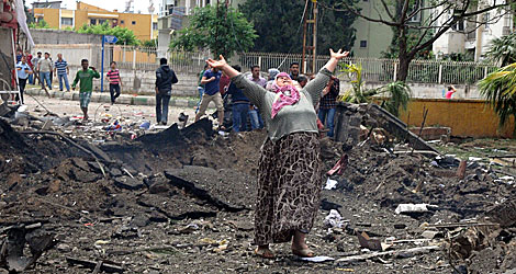 Una mujer, en el lugar de las explosiones.   AFP/ Anatolian News