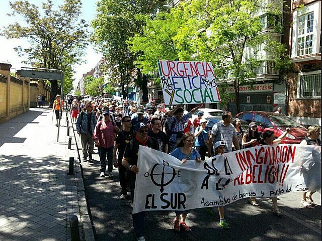 Los manifestantes convocados por la Asamblea Leganés 15-M, que han subido la fotografía a Twitter, avanzan hacia Atocha.
