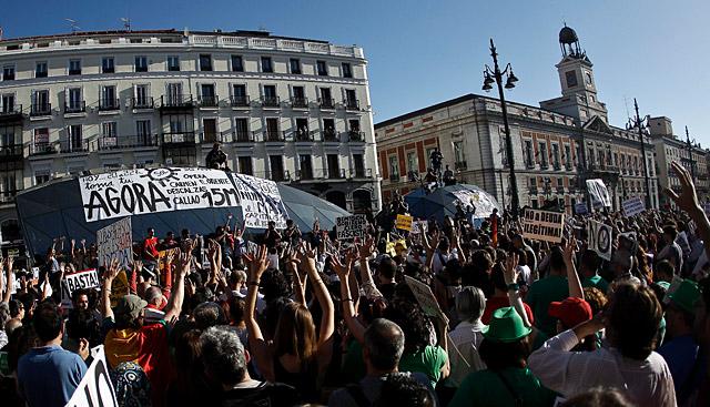 La Puerta del Sol, abarrotada de gente.| Alberto di Lolli | VEA MÁS FOTOS