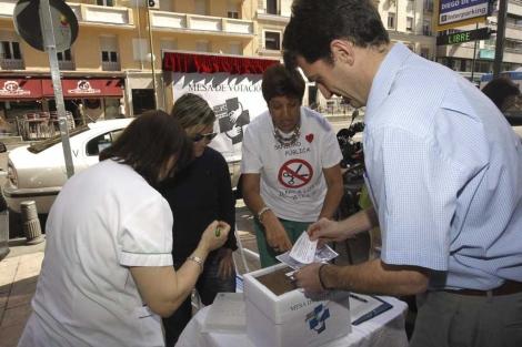 Ciudadanos votando en el referéndum.| Efe