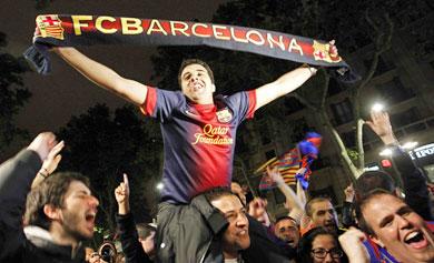 Seguidores del Barça celebran el triunfo en Canaletas. | Efe