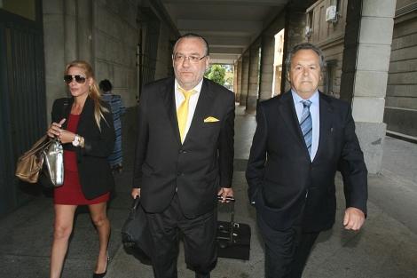 Tomás Pérez-Sauquillo (a la derecha) llega acompañado por su abogado.   Carlos Márquez