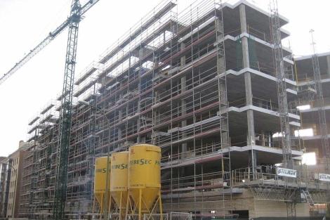 Bloque de viviendas VPO en construcción en Sanchinarro (Madrid).   ELMUNDO.es