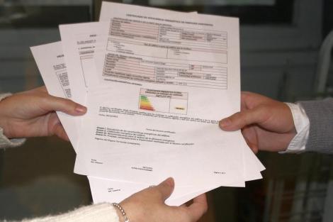 Simulación de la entrega de un certificado energético de una vivienda. | EL MUNDO