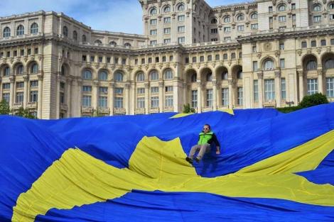 El Parlamento de Bucarest coloca una bandera gigante de la UE.   Afp