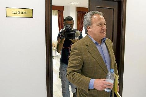 Pedro Pacheco abandona la sala de vistas durante una de las sesiones del juicio. | J. F. Ferrer