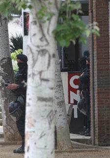 Mossos en el Ateneu Llibertari.   Efe