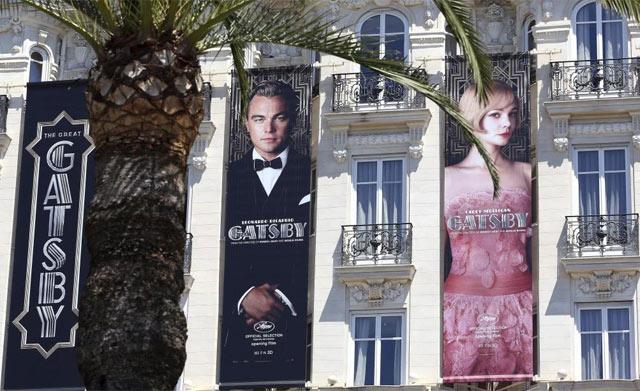 Carteles de 'El gran Gatsby' en una fachada en Cannes. | Efe