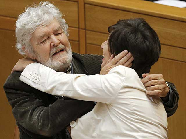 Beiras felicita a Yolanada Díaz tras intervenir en el Parlamento.   Lavandeira jr / Efe