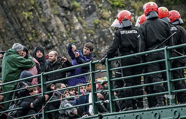 La Ertzaintza irrumpe en el puente bloqueado por simpatizantes de la izquierda abertzale en Ondarroa.