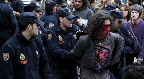 La Policía detiene a uno de los manifestantes. | Sergio Enriquez-Nistal