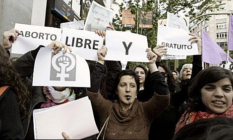 Manifestantes durante la concentración ante la sede del PP. | Alberto Martín / Efe