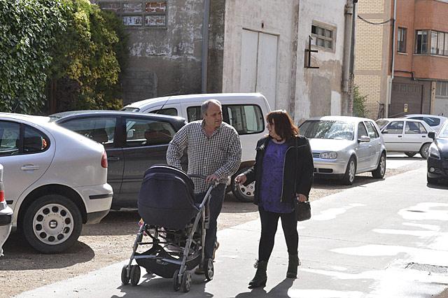 El etarra pasea por las calles de Lodosa tras firmar en el cuartel de la Guardi Civil.