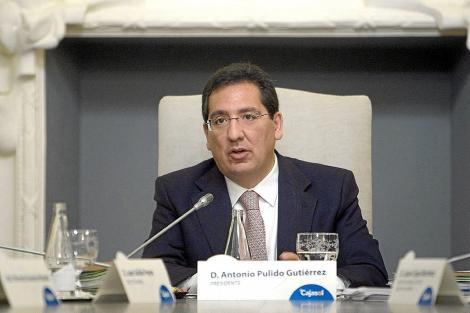 Antonio Pulido, hoy directivo de Caixabank, en un acto de Cajasol.   Efe