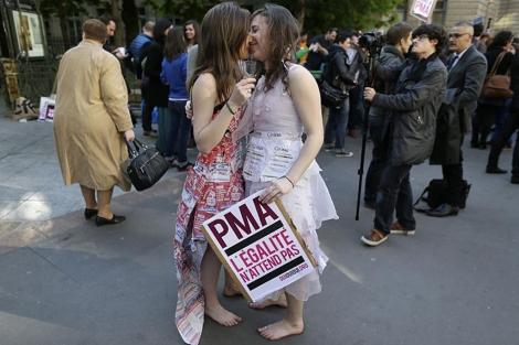Dos chicas durante una manifestación a favor del matrimonio homosexual. | Afp