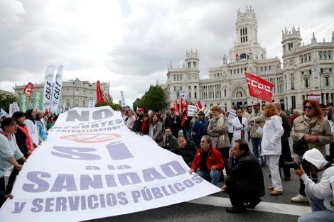 Manifestantes en la marcha contra la privatización, esta mañana.   Sergio Enriquez-Nistal