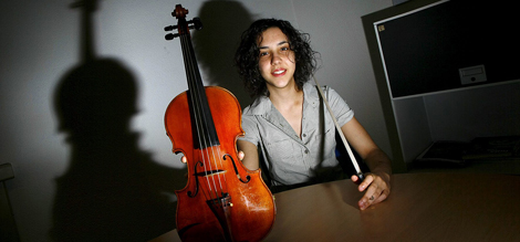 Elina Rubio muestra su violín durante la entrevista. | Manuel Lorenzo