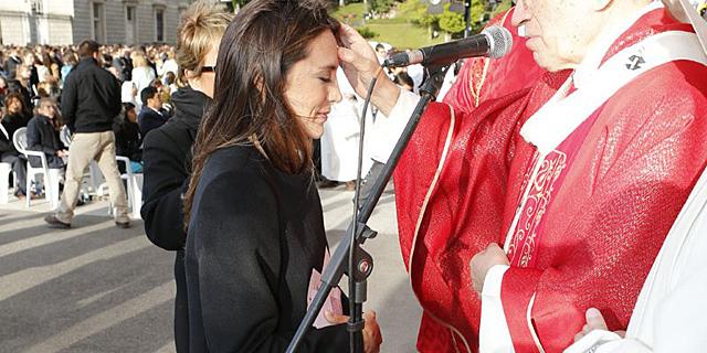 Tamara Falcó recibiendo el Santo Crisma. | Misión Madrid