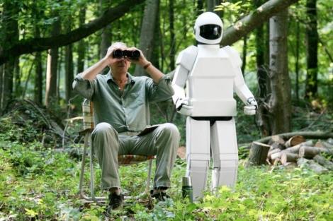 Frank (Frank Langella) y su robot (interpretado por Rachael Ma).