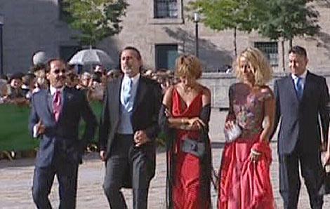 'El Bigotes' y Correa con sus mujeres en la boda Aznar-Agag en El Escorial. | Rtve