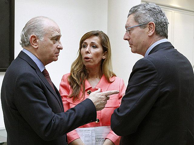 El ministro de Justicia conversa en el de Interior en presencia de Sánchez-Camacho. | Ballesteros / Efe