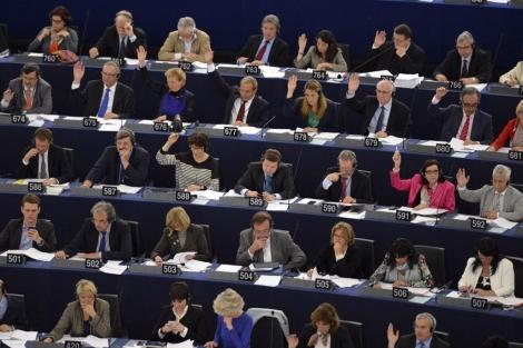 Europarlamentarios votan en una sesión en la Cámara. | Efe