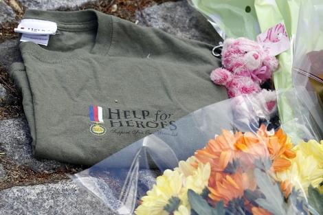 Flores y una camiseta como la que llevaba el asesinado en Woolwich. | Reuters