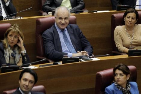Rafael Blasco, en el centro, sonríe desde su escaño en las Cortes.   Efe