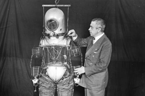 El ingeniero Emilio Herrera con su escafandra, en 1935. | Efe