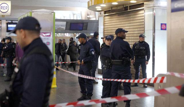 Policías vigilan la zona donde se produjo el apuñalamiento de un soldado en La Défense.   Afp