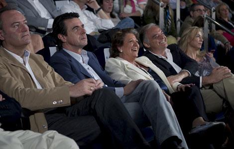 González Pons se sienta junto a Castedo durante el discurso de Rus. Rita Barberá no ocupa su lugar y es Pons quien se mueve junto a Castedo. | Vicent Bosch