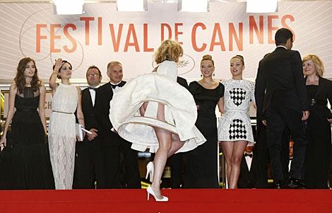 Una invitada tropieza al llegar al estreno de 'La Vie d'Adèle'. | Efe