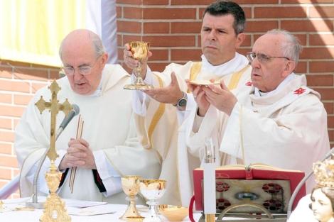 El Papa celebra la misa en la parroquia de los santos Isabe y Zacarías. | Efe