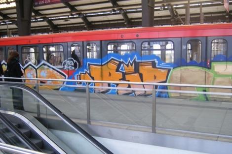 Un vagón decorado con graffitis en el metro de Berlín.   www.fatcap.com