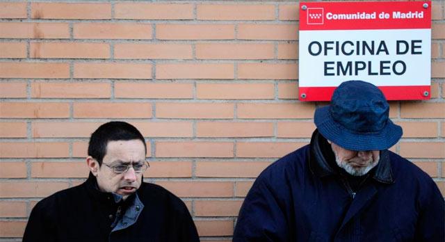 Dos parados en una oficina de Empleo de la Comunidad de Madrid.   Bernardo Díaz
