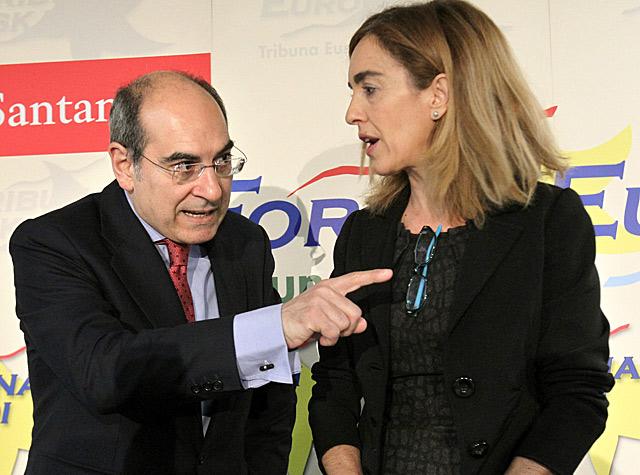 El consejero de Salud, Jon Darpón, y la teniente alcalde de Bilbao, Ibone Bengoetxea, durante el desayuno.
