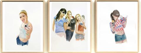 Cuadros de la serie 'Narcisos', con adolescentes sacándose fotos para sus redes sociales.