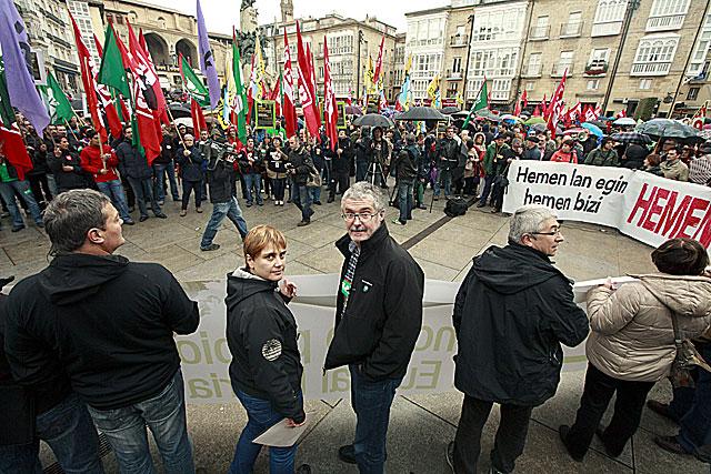 Los secretarios generales de ELA y LAB en la manifestación de Vitoria. | Efe